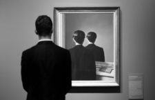 Un hombre frente a La reproduction interdite (René Magritte, 1937) en Berlín, 2017. Fotografía: Daniel Reinhardt / Getty.