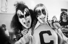 Gene Simmons y Milissa Codden, una admiradora, 1975. Fotografía: Fin Costello / Getty.