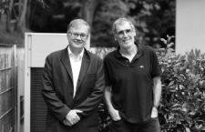 Fernando Cossio (UPV/EHU), a la izquierda, y Juan José Gómez Cadenas (DIPC, Ikerbasque), a la derecha, en la sede del Donostia International Physics Center (DIPC). Fotografía: Ángel L. Fernández.