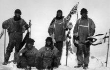 Los miembros del equipo de Scott en el Polo Sur, el 18 de enero de 1912. De izquierda a derecha, de pie: Oates, Scott, Wilson; sentados: Bowers, Evans. Foto preparada por Bowers.