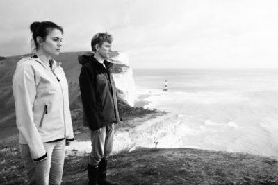 Hayley Atwell y Domhnall Gleeson en Be Right Back, el primero episodio de la segunda temporada de Black Mirror, 2011. Fotografía: Netflix.