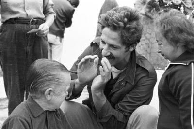 Werner Herzog y varios de los actores durante el rodaje de Auch Zwerge haben klein angefangen (También los enanos empezaron pequeños), 1970. Fotografías cortesía de Die Deutsche Kinemathek / Werner Herzog Film.