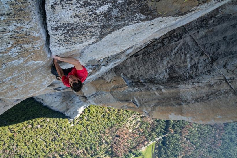 Alex Honnold practicando la escalada sin cuerdas
