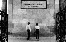 Dos niños visitan la tumba de Kant en la catedral de Königsberg, 1991. Fotografía: Getty.