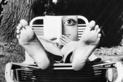 na persona lee Penélope en la guerra, de Oriana Fallaci, 1973. Fotografía: Getty.