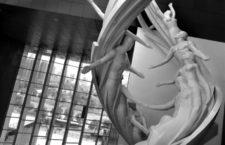 En el Museo de Ciencia y Tecnología de China, en Pekín, un monumento realmente enorme surca todo el espacio vertical del edificio, desde la planta baja hasta el techo, idealizando una doble hélice (de ADN) como una escalera hacía el cielo, por donde trepan los humanos alcanzando la luz. Foto: Emiliano Bruner.