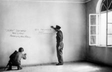 Dos soldados estadounidenses escriben grafitis sobre la pared de la habitación donde nació Adolf Hitler después de conquistar Braunau, Austria, en febrero de 1945. Fotografía: Getty.